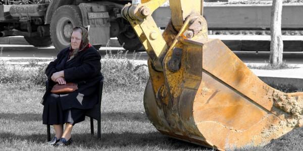 Edirne'de park alanının imara açılmasına engel olmak isteyen kadın, kepçenin önüne oturarak çalışmaları durdurdu. (Cihan Demirci - Anadolu Ajansı)